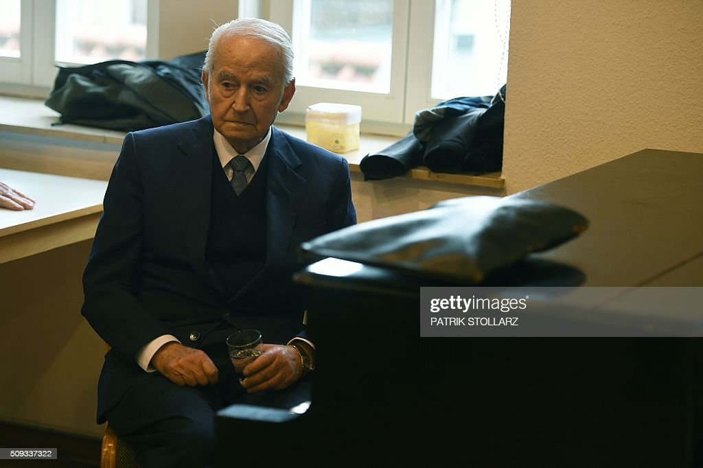 Former prisoner of Auschwitz extermination camp Leon Schwarzbaum is pictured prior to a press conference in Detmold, western Germany, on February 10, 2016 ahead of a trial of a former SS man Reinhold Hanning. Reinhold Hanning, 93, faces court in the western town of Detmold from Thursday, charged with at least 170,000 counts of accessory to murder in his role as a former guard at the camp in occupied Poland. / AFP / PATRIK STOLLARZ