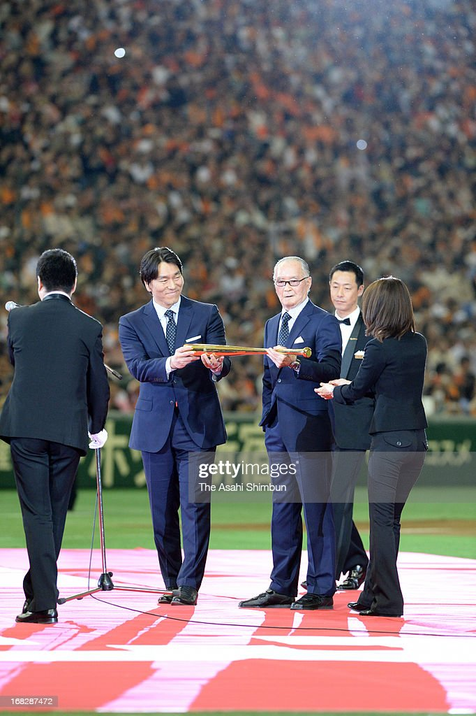 Former professional baseball players <a gi-track='captionPersonalityLinkClicked' href=/galleries/search?phrase=Shigeo+Nagashima&family=editorial&specificpeople=843397 ng-click='$event.stopPropagation()'>Shigeo Nagashima</a> (3R) and <a gi-track='captionPersonalityLinkClicked' href=/galleries/search?phrase=Hideki+Matsui&family=editorial&specificpeople=157483 ng-click='$event.stopPropagation()'>Hideki Matsui</a> (2L) attend their People's Honor Award ceremony at Tokyo Dome on May 5, 2013 in Tokyo, Japan.