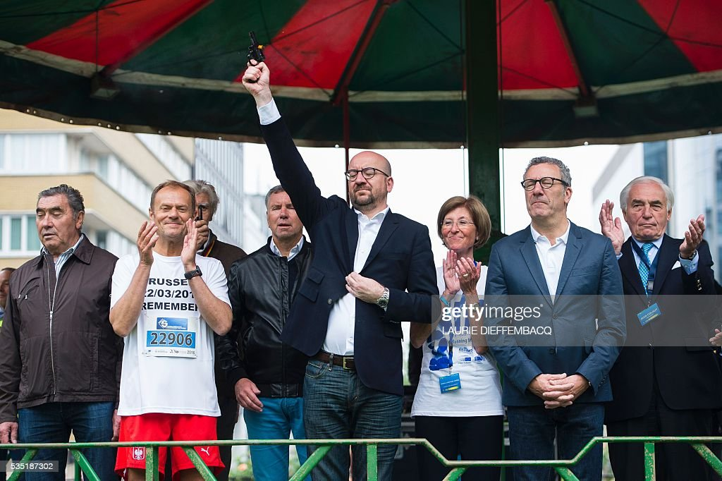 Former professional cyclist Belgium's Eddy Merckx (L), President of the European Council Donald Tusk (2-L), and Brussels City Mayor Yvan Mayeur (2-R) look on as Belgian Prime Minister Charles Michel (C) fires the starter pistol for the 37th edition of the Brussels' 20km run on May 29, 2016 in Brussels. DIEFFEMBACQ / Belgium OUT