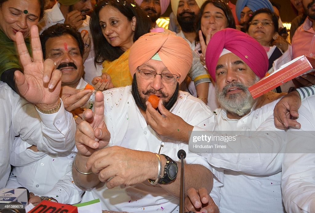 Former Punjab chief minister and Congress candidate Amarinder Singh celebrate with party leaders after his victory in Lok Sabha elections on May 15, 2014 in Amritsar, India. He defeated senior BJP leader Arun Jaitley with margin of more than 1 lakh votes.