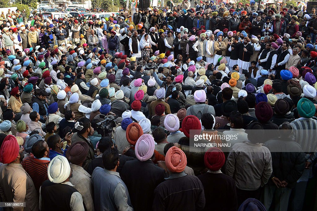 Former Punjab state chief minister Capt Amarinder Singh, with Congress Legislature Party (CLP) leader Sunil Jakhar and Congress leaders, speaks during a protest against Punjab's ruling Shiromani Akali Dal (SAD) in Amritsar on December 11, 2012. The demonstration was held in protest against the 'deteriorating' law and order situation in the state and the murder of Punjab Police Assistant Sub-Inspector (ASI ) Ravinder Pal Singh. The leader of Punjab's ruling Shiromani Akali Dal and an accomplice were arrested on December 6, 2012, for allegedly killing the police official Ravinder Pal Singh. AFP PHOTO/ NARINDER NANU