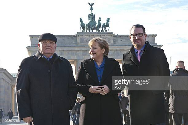Former Soviet President Mikhail Gorbachev German Chancellor Angela Merkel and Chief Editor of Bild newspaper Kai Diekmann pose in front of the...