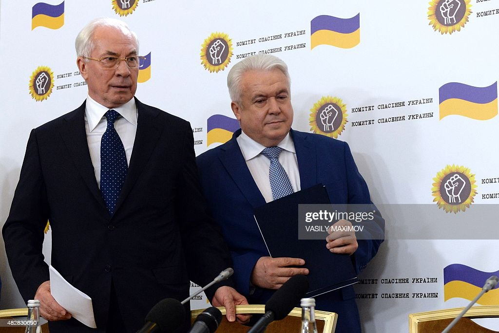 Former Ukrainian Prime Minister Nikolai Azarov (L) and former deputy of the Ukrainian Parliament Verkhovna Rada Vladimir Oleynik arrive for a press conference of the newly created 'Committee for the Salvation of Ukraine' in Moscow on August 3, 2015. AFP PHOTO / VASILY MAXIMOV