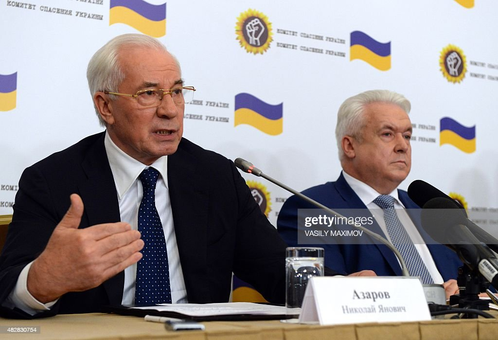 Former Ukrainian Prime Minister Nikolai Azarov (L) and former deputy of the Ukrainian Parliament Verkhovna Rada Vladimir Oleynik attend a press conference of the newly created 'Committee for the Salvation of Ukraine' in Moscow on August 3, 2015. AFP PHOTO / VASILY MAXIMOV