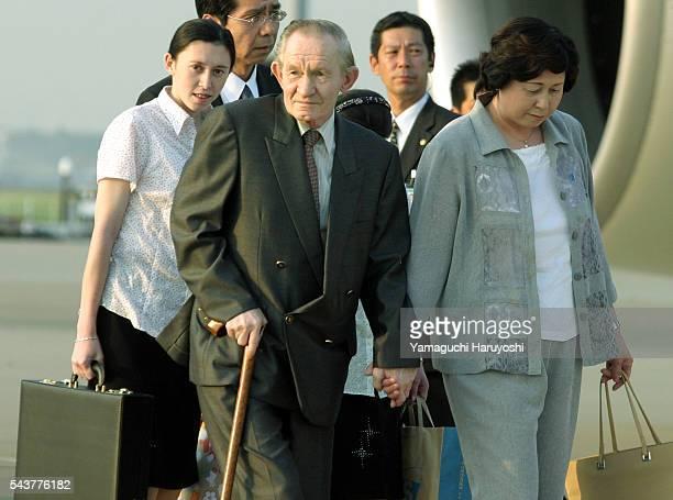 Бывший сержант армии США Чарльз Роберт Дженкинс и его японская жена Хитоми Сога с дочерьми Микой