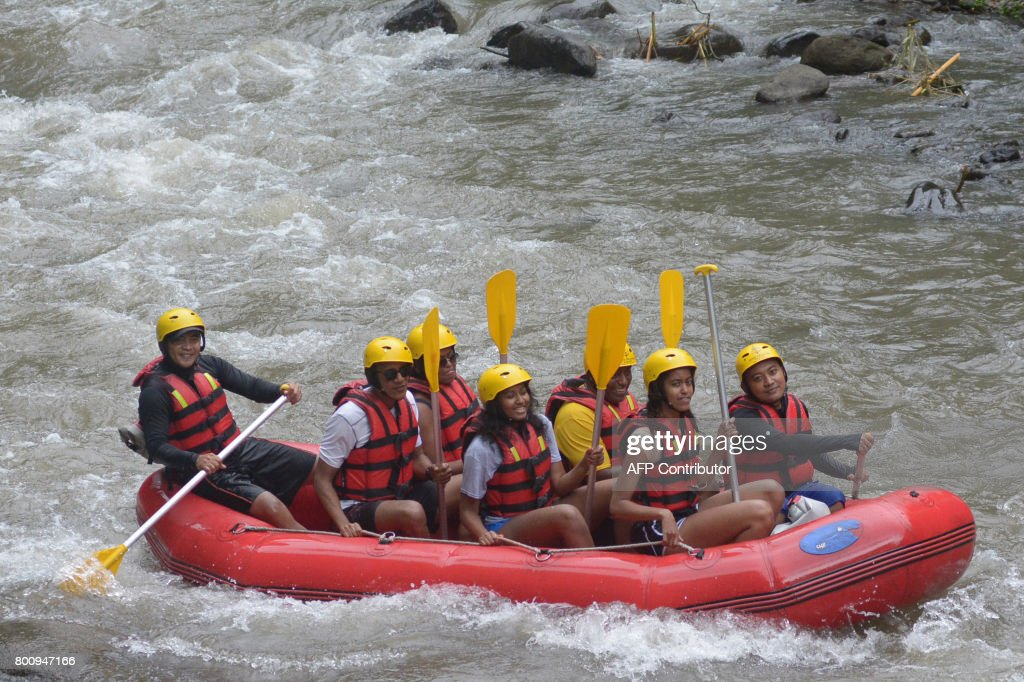 Former US president Barack Obama (2nd L), his wife Michelle (3rd L) and his daughters Sasha (front C) and Malia (2nd R) go rafting at Bongkasa Village in Badung on Bali island on June 26, 2017. Barack Obama kicked off a 10-day family holiday in Indonesia that will take in Bali and Jakarta, the city where he spent part of his childhood, officials said on June 24. /
