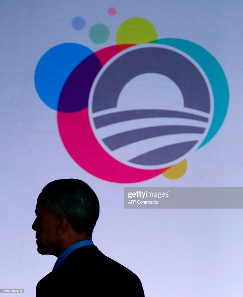 Former US president Barack Obama leaves the stage after speaking at the Obama Foundation Summit in Chicago, Illinois, November 1, 2017. / AFP PHOTO / Jim Young