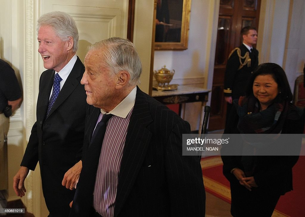 Former US President Bill Clinton (L) arrives with former Washington Post Executive Editor Ben Bradlee for the Presidential Medal of Freedom presentation ceremony in the East Room of the White House on November 20, 2013 in Washington, DC. The Medal of Freedom is the country's highest civilian honor. AFP PHOTO/Mandel NGAN