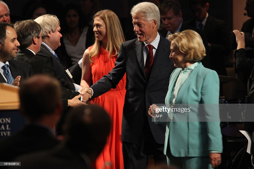 Former US President Bill Clinton (C), former US Secretary of State Hillary Clinton (R), and daughter Chelsea Clinton (3rd-R) attend the Closing Plenary Session of the Clinton Global Initiative (CGI) September 26, 2013 in New York. AFP PHOTO/Mehdi Taamallah