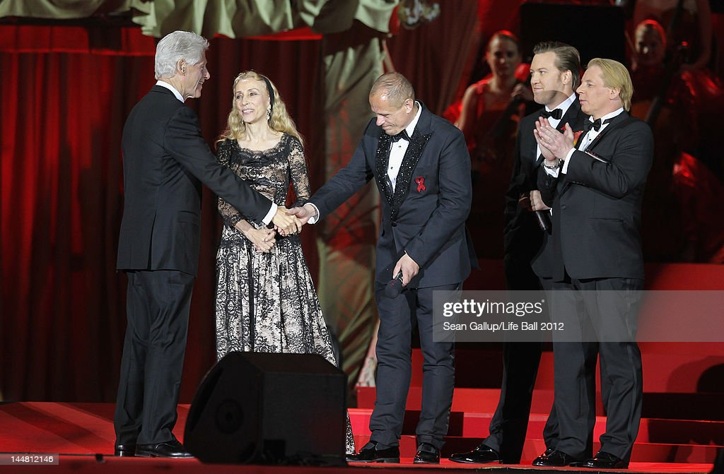 Former U.S. President <a gi-track='captionPersonalityLinkClicked' href=/galleries/search?phrase=Bill+Clinton&family=editorial&specificpeople=67203 ng-click='$event.stopPropagation()'>Bill Clinton</a> (L) shakes hands with Life Ball founder <a gi-track='captionPersonalityLinkClicked' href=/galleries/search?phrase=Gery+Keszler&family=editorial&specificpeople=625802 ng-click='$event.stopPropagation()'>Gery Keszler</a> as <a gi-track='captionPersonalityLinkClicked' href=/galleries/search?phrase=Franca+Sozzani&family=editorial&specificpeople=639425 ng-click='$event.stopPropagation()'>Franca Sozzani</a> of Italian Vogue and <a gi-track='captionPersonalityLinkClicked' href=/galleries/search?phrase=Ben+Becker&family=editorial&specificpeople=622206 ng-click='$event.stopPropagation()'>Ben Becker</a> (R) look on at the Life Ball 2012 AIDS charity fundraiser at City Hall on May 19, 2012 in Vienna, Austria.