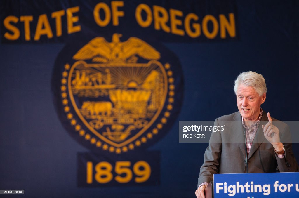 Former US President Bill Clinton speaks at Central Oregon Community College in support of US Democratic presidential candidate Hillary Clinton on May 5, 2016, in Bend, Oregon. / AFP / Rob Kerr