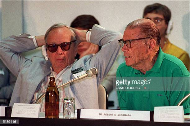 Former US Secretary of Defense Robert McNamara and US historian Arthur Schlesinger attend a press conference 12 January 1992 in Havana towards the...