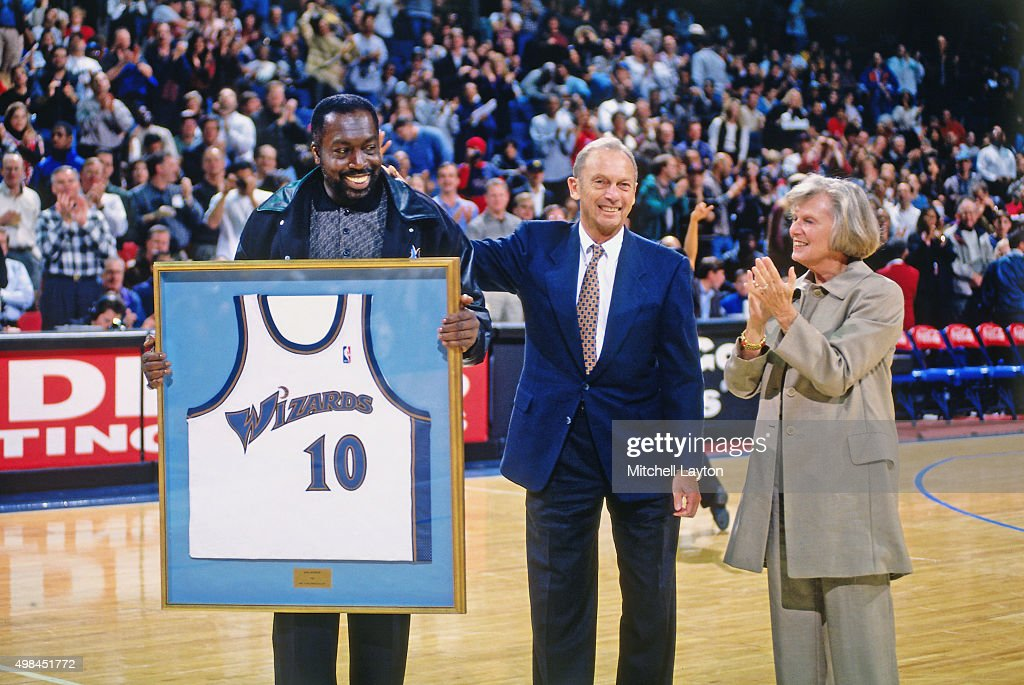 Former Washington Wizards player Earl Monroe is honored against the Chicago Bulls on November 29 1997 at US Airways Arena in Landover Maryland The...