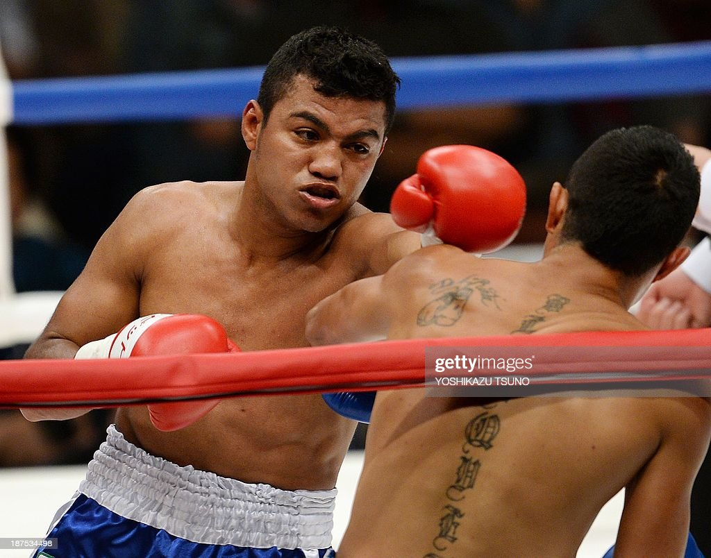 Former WBA lightflyweight champion Nicaraguan Roman Gonzalez (L) punches Mexican Oscar Blanquet during their boxing match in Tokyo on November 10, 2013. Gonzalez defeated Blanquet by TKO in the second round. AFP PHOTO / Yoshikazu TSUNO