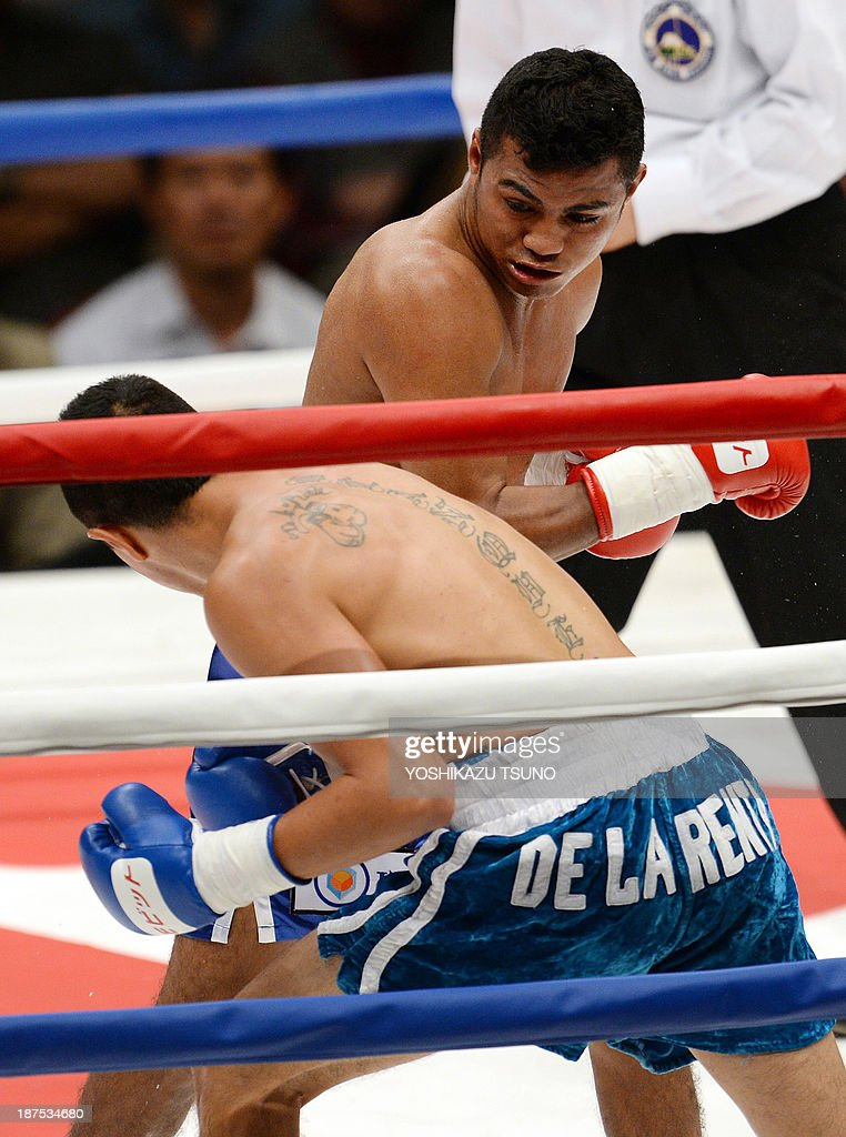 Former WBA lightflyweight champion Nicaraguan Roman Gonzalez (TOP) punches Mexican Oscar Blanquet during their boxing match in Tokyo on November 10, 2013. Gonzalez defeated Blanquet by TKO in the second round. AFP PHOTO / Yoshikazu TSUNO