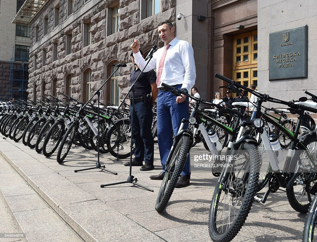 Former World Boxing Champion, Kiev Mayor Vitali Klitschko delivers a speech during a ceremony to present bicycles to the Kiev police, in front of city hall of Kiev on July 1, 2016. Klitschko handed over 100 bicycles to the Kiev police for patrolling the Ukrainian capital. / AFP / SERGEI