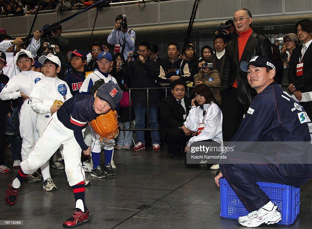 Former Yomiuri Giants manager Shigeo Nagashima teaches Baseball to the kids during the Nagashima Japan Dream Project at Makuhari Messe on January 19...