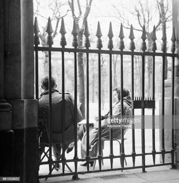 Forte giboulée dans le Jardin du Palais Royal à Paris France le 14 avril 1953