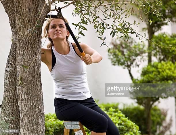 forty etwas Hausfrau, die den Garten