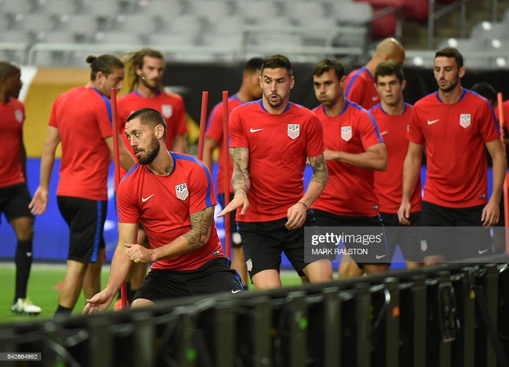 Forward Clint Dempsey (front) trains with other members of the US team on the eve of their COPA America 2016 3rd place final soccer match against Colombia at the University of Phoenix Stadium in Phoenix, Arizona on June 24, 2016. / AFP / Mark Ralston