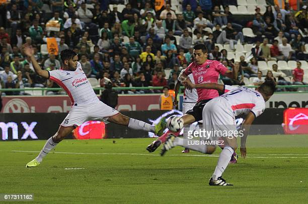 Forward German Cano of Leon vies for the ball with defender Sebastian Vegas and forward Raul Ruidiaz of Morelia during their Mexican Apertura 2016...