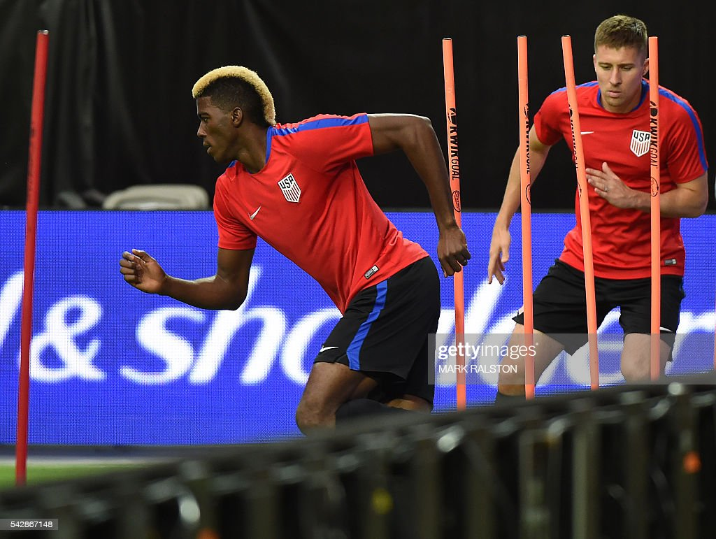 Forward Gyasi Zardes (L) trains with other members of the US team on the eve of their COPA America 2016 3rd place final soccer match against Colombia at the University of Phoenix Stadium in Phoenix, Arizona on June 24, 2016. / AFP / Mark Ralston