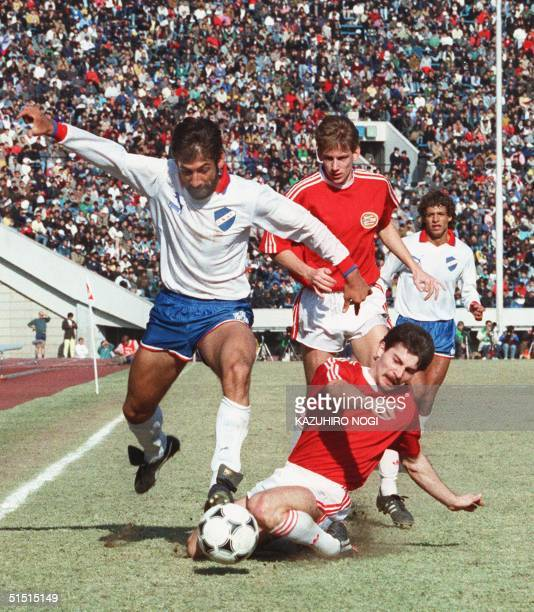 Forward Juan Carlos de Lima of Uruguay's Nacional de Montevideo overtakes a PSV Eindhoven player during the Toyota Cup World Team Soccer championship...