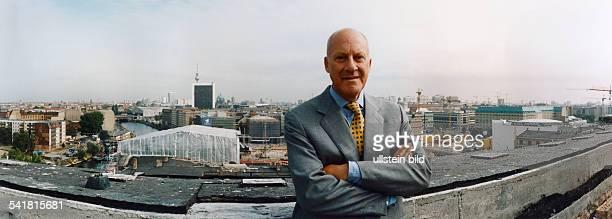 Foster Sir Norman Robert *Architekt GB Richtfest vom Berliner Reichstagsgebaeude das NF derzeit umbaut Portrait auf dem Dach des Gebaeudes im...