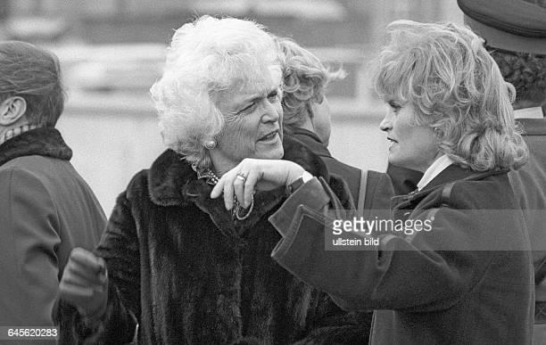 Barbara Bush Hannelore Kohl auf der Aussichtsplattform am Potsdamer Platz Berlin 01 02 1983 Anlässlich des zweitägigen Besuchs erneuerte der...