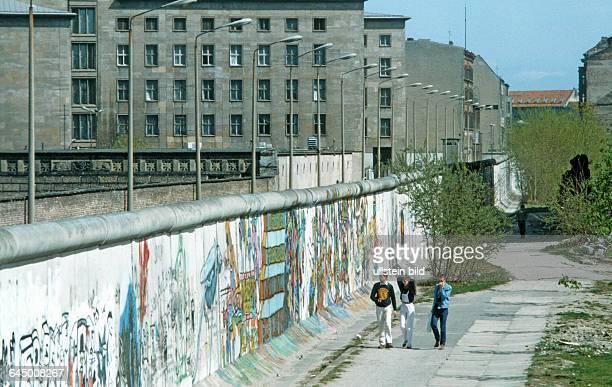 Die Mauer an der Stresemann Straße Berlin 24 04 1984 Der Bau der Berliner Mauer war seitens des Arbeiter und Bauernstaates der letzte Akt den...