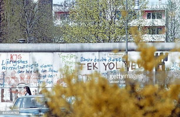 Die Mauer im Bezirk Kreuzberg Berlin 24 04 1984 Der Bau der Berliner Mauer war seitens des Arbeiter und Bauernstaates der letzte Akt den Aderlass der...