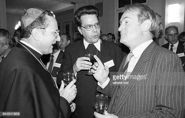 Kardinal Joachim Meissner Eberhard Natho Johannes Rau bei Umtrunk Eisleben DDR 10 11 1983 Abschluss des Lutherjahres mit viel Prominenz aus dem...