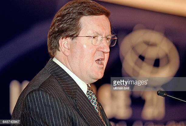 NATOGeneralsekretär Lord George Robertson bei Rede Berlin 24 06 2003 Die Frankfurter Allgemeine Zeitung und das Verteidigungsministerium...