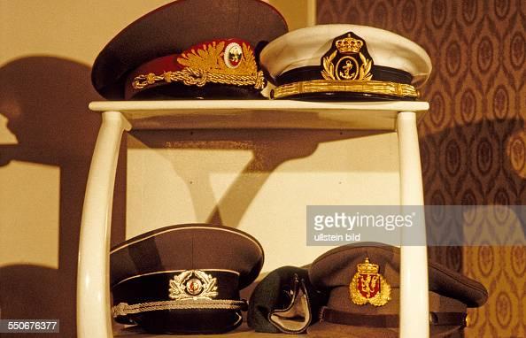 Offiziersmützen von Teilnehmern und KSZEBeobachtern im Filmmuseum Potsdam DDR 27 03 1987 KSZE beobachtete OstblockManöver Zum ersten Mal beobachteten...