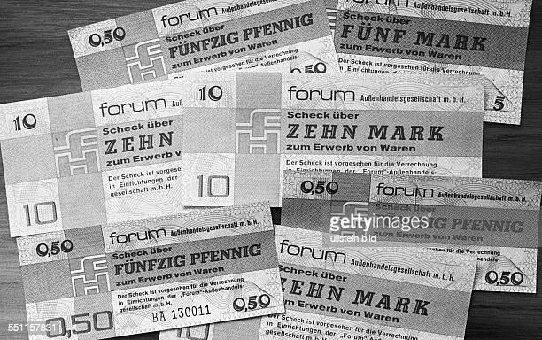Schecks der Forum Außenhandelsgesellschaft mbH Berlin DDR 07 04 1979 Nach dem Motto Geld sofort Ware später schöpft der Arbeiter und Bauernstaat...