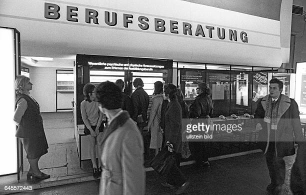 Stand der Berufsberatung auf der Messe Leipzig DDR 17 11 1972 Die Ausbildung des Nachwuchses zum Facharbeiter genießt im Arbeiter und Bauernstaat...