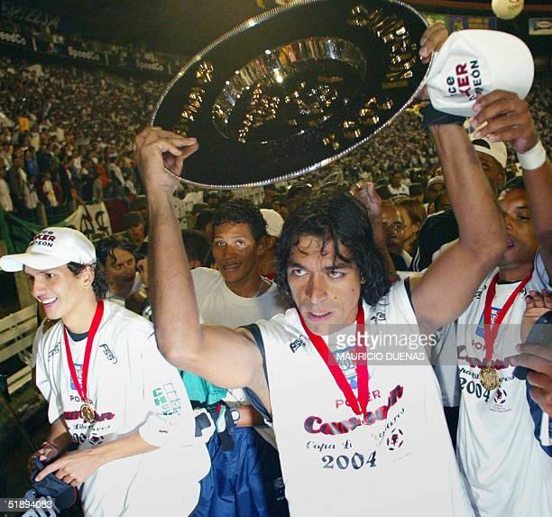 Foto tomada el 01 de julio de 2004 de Juan Carlos Henao golero del colombiano Once Caldas celebrando tras vencer a Boca Juniors de Argentina por la...
