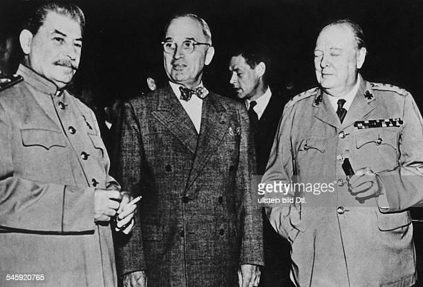 Fototermin in der Halle von SchlossCecilienhof von links Staatschef Josef Stalin Präsident Harry S Truman Premierminister Winston Churchill im...