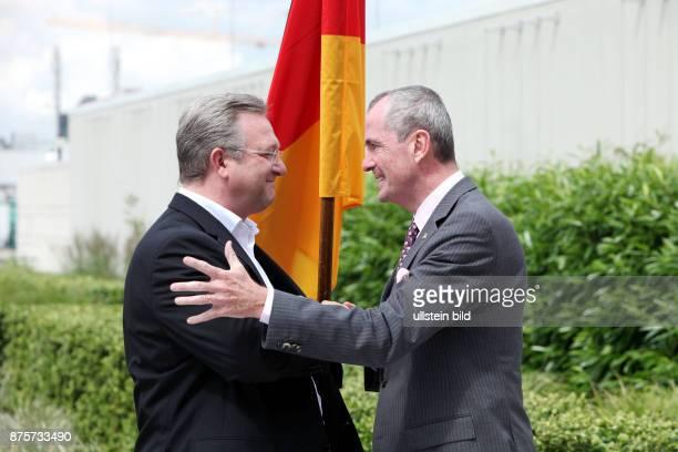 Fototermin in der USBotschaft zu Ehren von Ronald Reagan Berlins Innensenator Frank Henkel und Botschafter Philip D Murphy