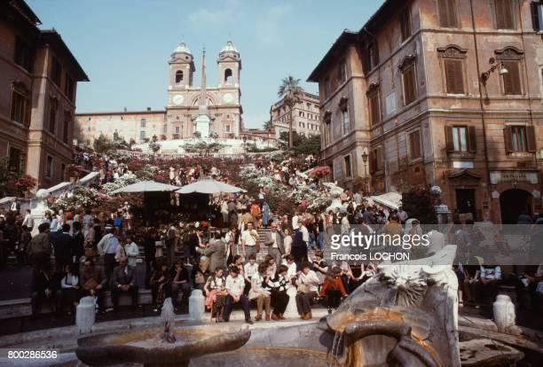 Foule de touristes sur la Place d'Espagne près de l'Église de la TrinitédesMonts et sur l'escalier monumental en avril 1979 à Rome en Italie