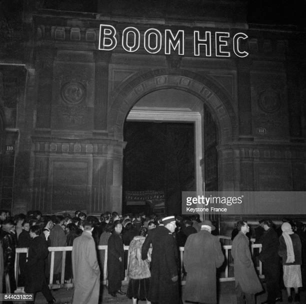 Foule devant l'entrée de l'école des hautes études commerciales à Paris France le 4 février 1956
