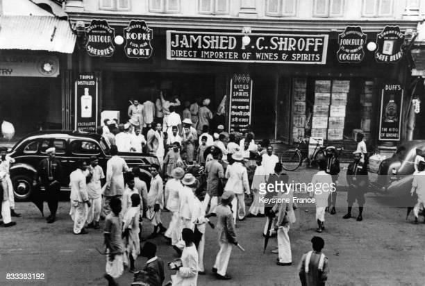 Foule devant un magasin d'alcool quelques minutes avant le début de la prohibition à Bombay Inde en août 1939