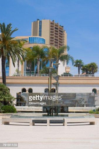 Fountain in front of a hotel, Monte Carlo, Monaco : Foto de stock