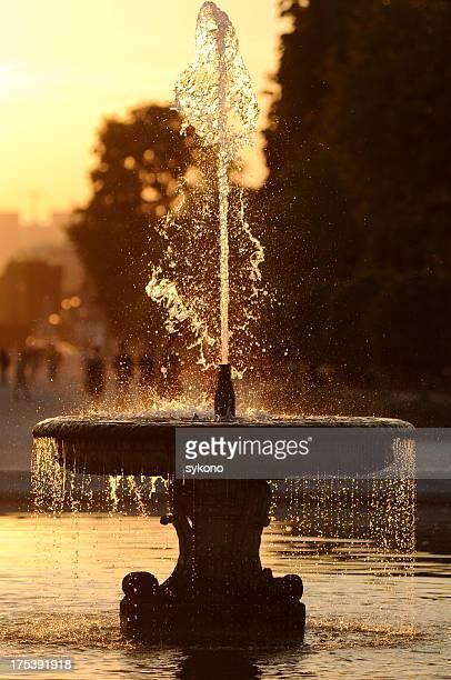 Fuente en la puesta de sol