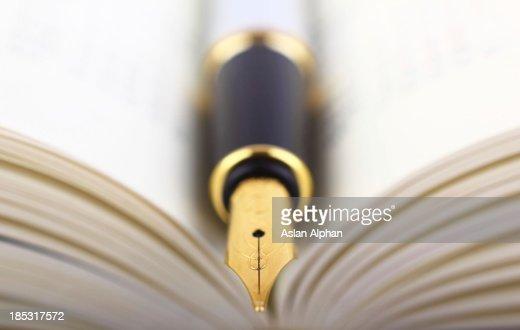 Caneta-tinteiro e Livro