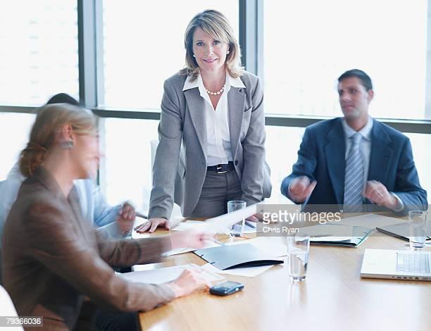 Quatre hommes d'affaires dans la salle de conseil avec un plan