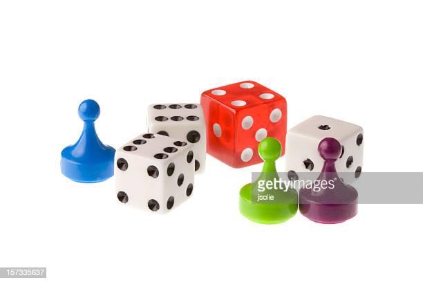 Vier Würfel und drei Spielsteine