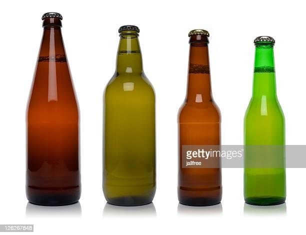 Cuatro diferentes botellas de cerveza aislado sobre blanco