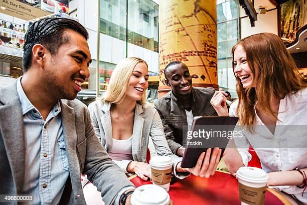 4 つのご友人とご一緒に香港のカフェ