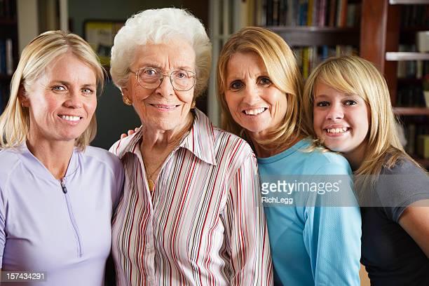 4 世代の女性